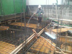 地中梁、1階スラブ コンクリート打設 打設前散水状況