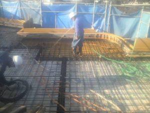 3階立上り、R階スラブ コンクリート打設 打設前散水状況